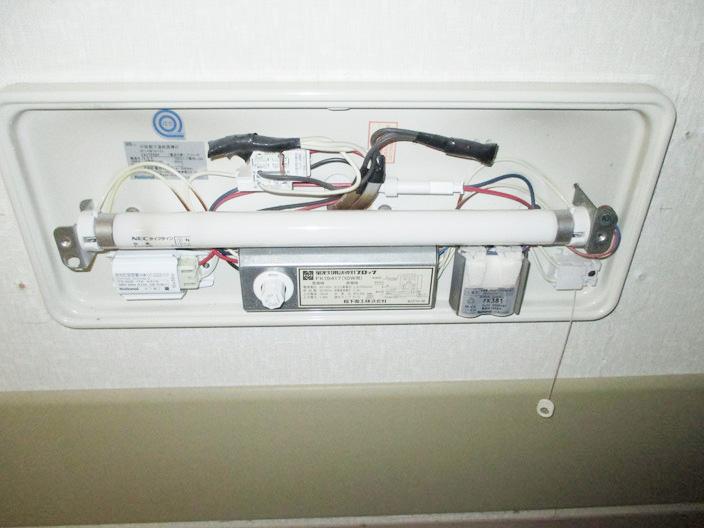 交換工事が必要な旧式(蛍光灯タイプ)の避難誘導灯の内部