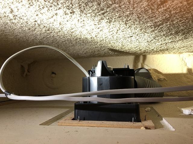浴室換気扇(ダクト用)の天井裏の設置状況