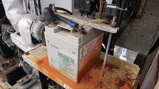 非常用発電機の保守・整備・メンテナンス作業【バッテリー交換の様子1】