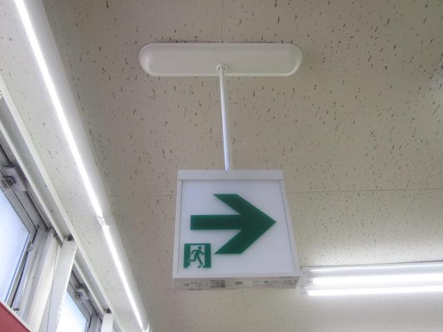 交換工事が完了したLEDタイプの避難誘導灯(天井吊下げ両面型)