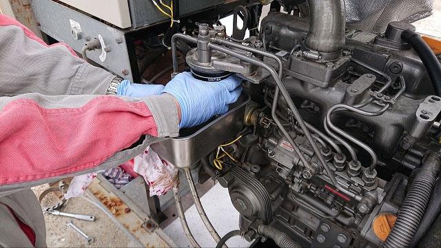非常用発電機の保守・整備・メンテナンス作業【燃料フィルターとオイル交換の様子1】
