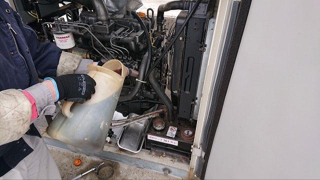 非常用発電機の保守・整備・メンテナンス作業【燃料フィルターとオイル交換の様子3】