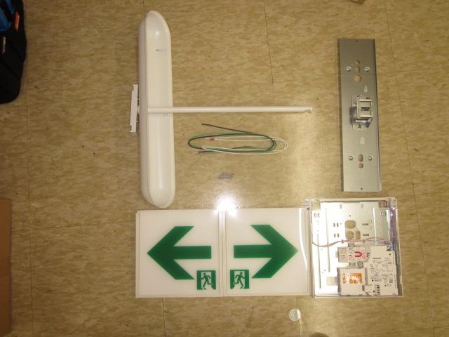 交換するLEDタイプ避難誘導灯の部材。