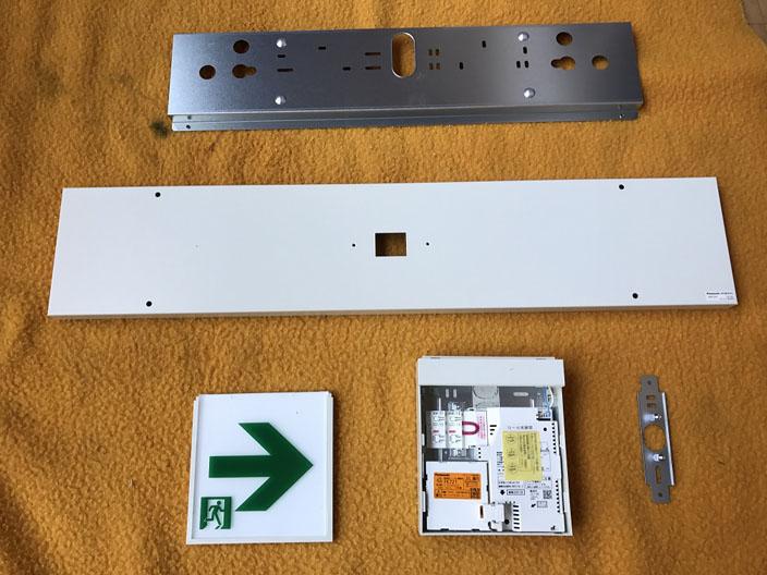 新しく交換する新型(LEDタイプ)避難誘導灯の部材