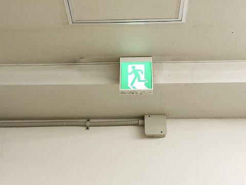 新品に交換された避難誘導灯:点灯時