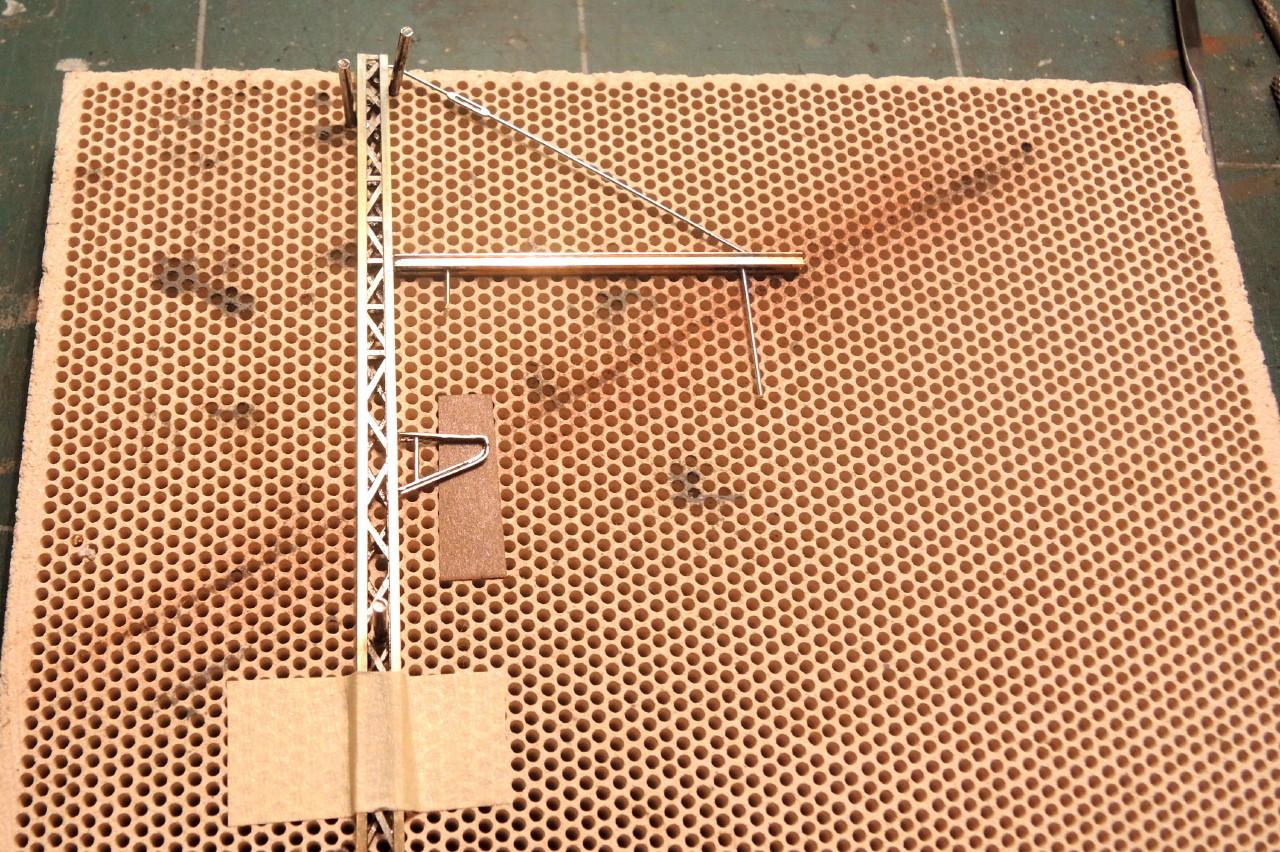 Une cale en papier aide au placement du support d'antibalançant dans l'axe de la console.
