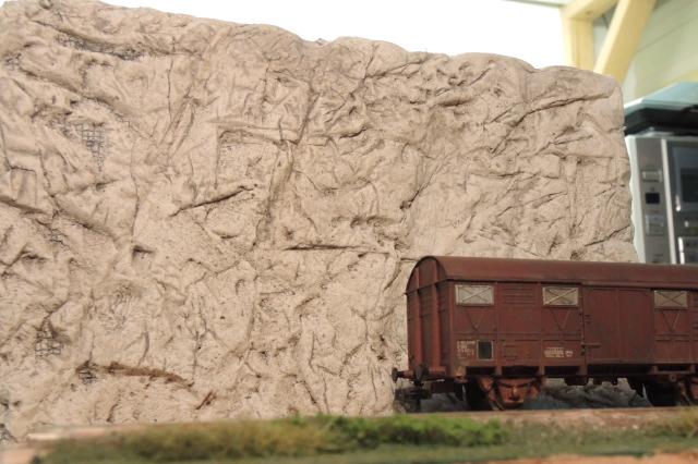 Plaque de rochers et wagons pour un essai non concluant