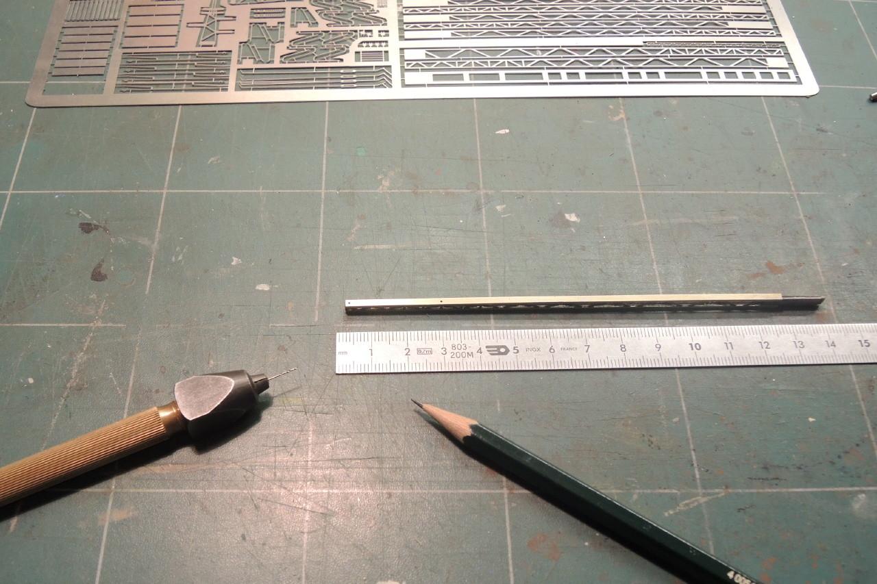 Avec un crayon dur 6H on repère les futurs trous de 0,5 mm