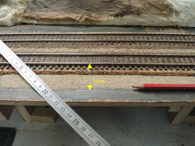 mise en place des caniveaux de câbles en bord de voie