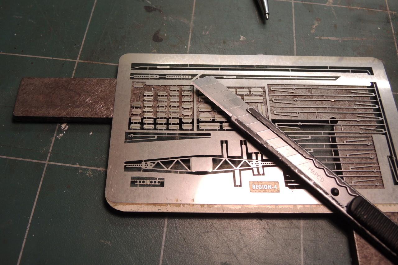 Dégrapage des cornières sur une surface dure avec un cutter