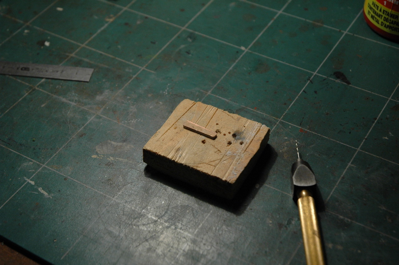 Un bout de circuit imprimé est coupé au dimensions du bogie.