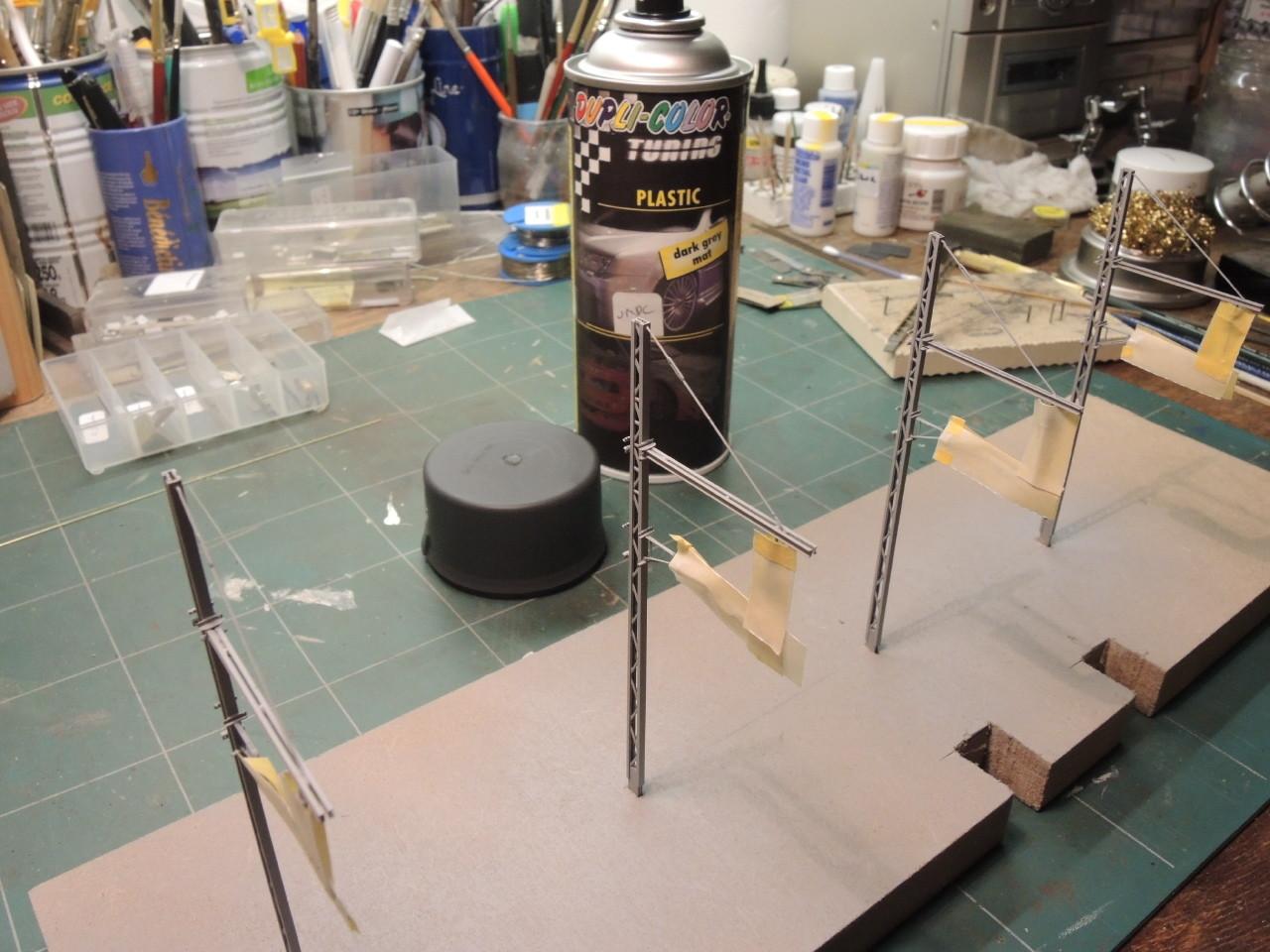 Les supports simples, apprétés, sont peints avec une peinture prévue initialement pour les pare-chocs de voitures.