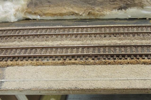 les caniveaux et les sols en bord de voie