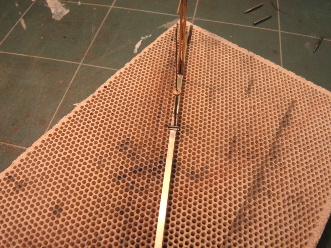Etamage du mat à la soudure au bismuth (fusion basse à 145°C ), une tête d'épingle suffit, et soudure de l'équerre en tenant celle-ci avec des pinces brucelles recourbées et fines.