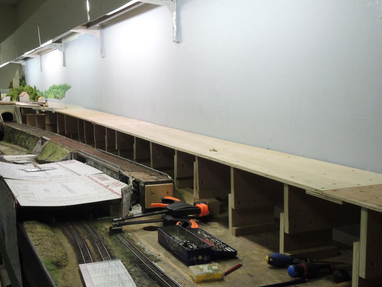 La dernière ligne droite est installée et réglée précisément avec une pente de 2,1 cm par mètre.