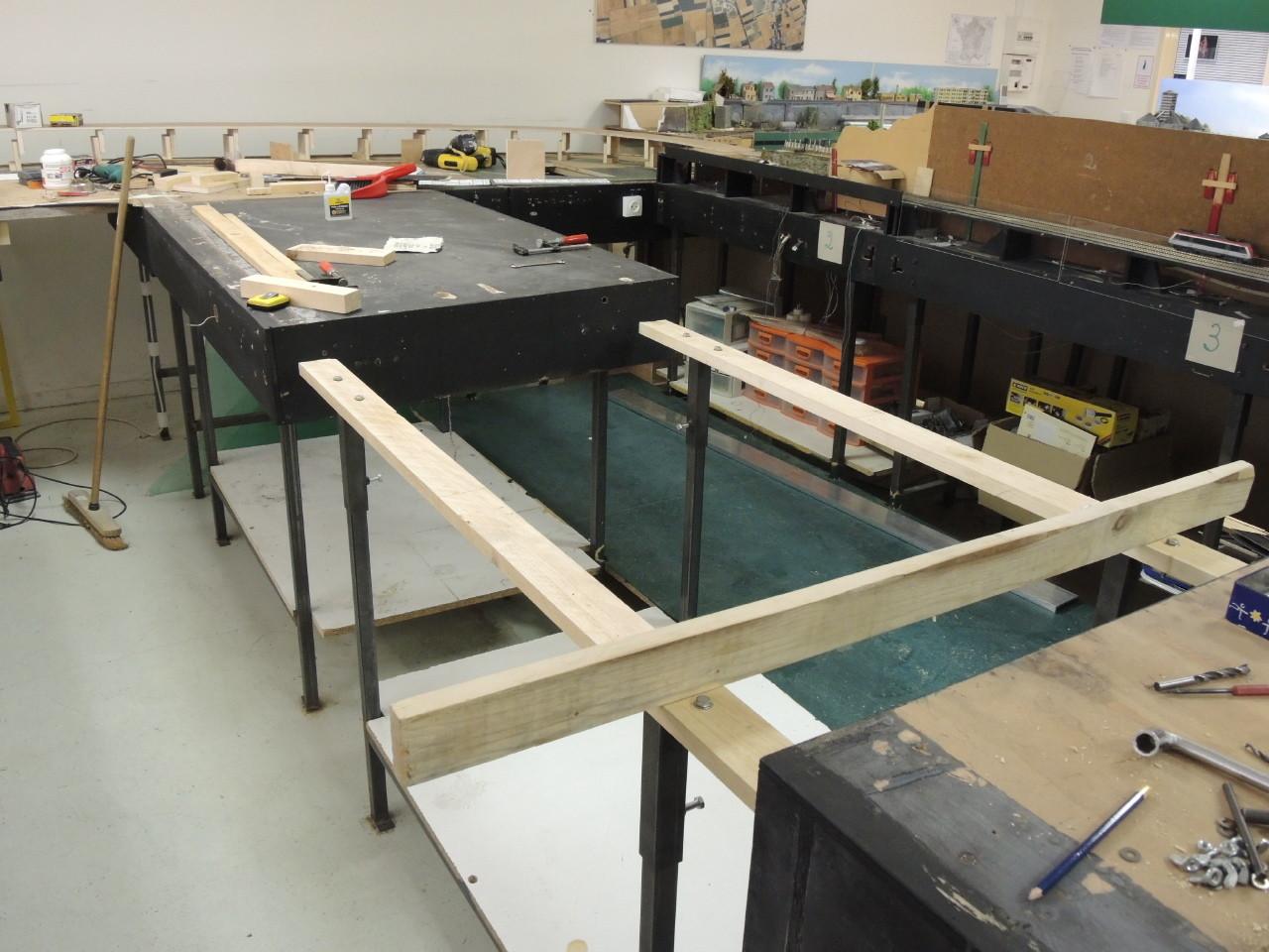 Sur ces longerons viendront se poser les modules équipés de tasseaux transversaux. Le bas du pietement est solidifié à l'aide de boulons pour plus de rigidité.