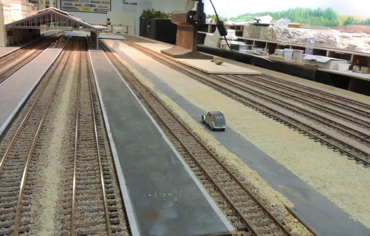 les sols dans la gare avec voie carrossable