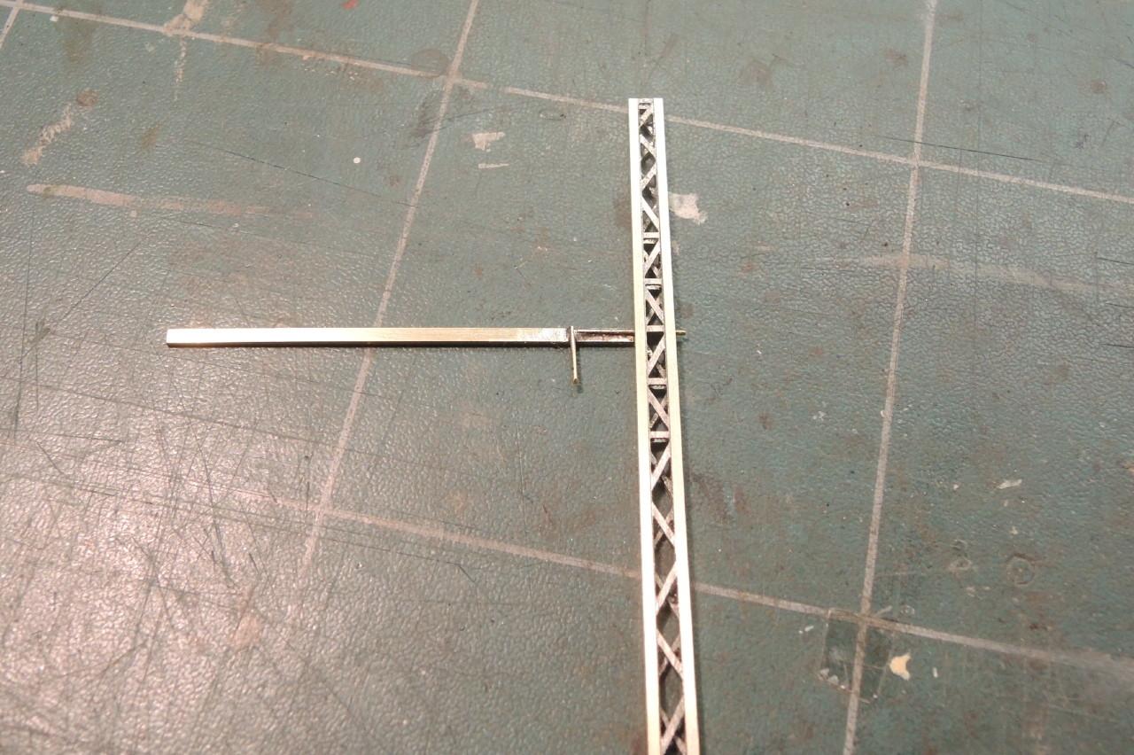 Le rond de laiton horizontal traversera le mat et sera soudé de part en part.