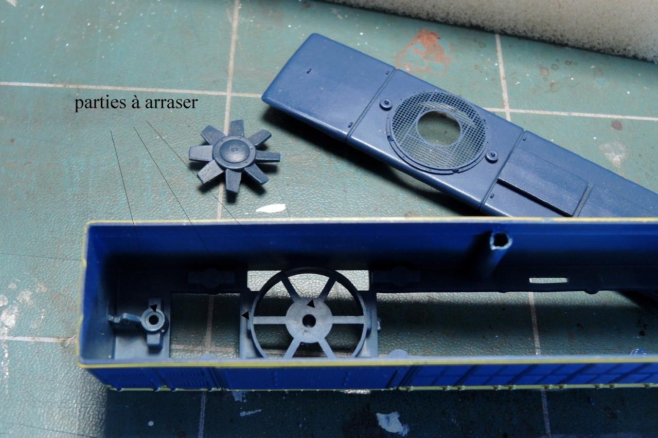 L'hélice du ventilateur est déposée. Le support interne de celle-ci gêne.