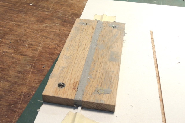 moule en bois dur et pâte à modeler rentrée à force