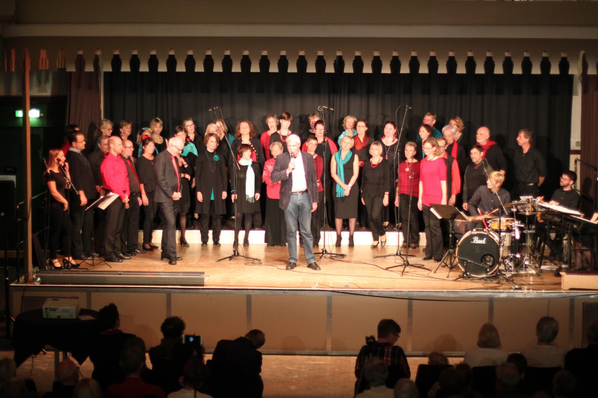Pop-Jazz-Chor Sing'n'Swing, Stadtrat Herr Helmut Nehrbaß überbringt Glückwünsche von Oberbürgermeister Herrn Gerich und Kulturdezenent Herrn Imholz