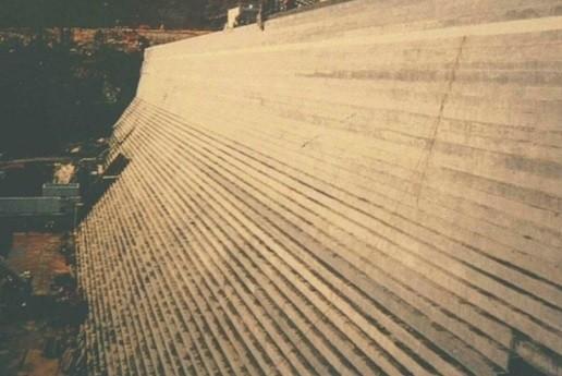 Réalisation du parement d'un barrage fait en Béton Extrudé