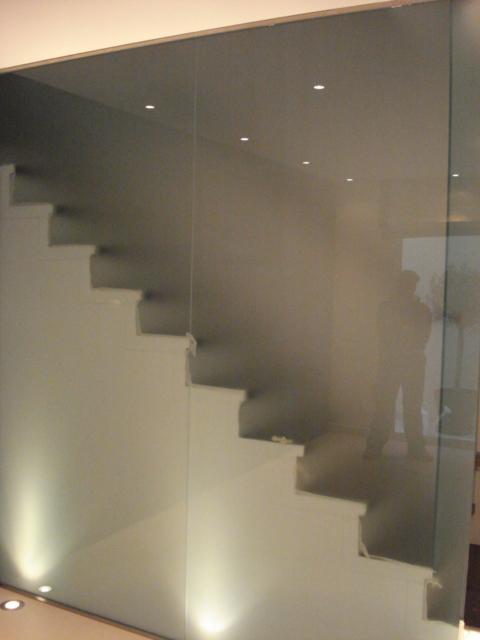 γυάλινες σκάλες εσωτερικού χώρου, γυάλινη σκάλα, γυάλινα κάγκελα σκάλας, σκάλα από γυαλί. γυαλί σε σκάλα, τζάμι σε σκάλα, σκάλες εισόδου με γυαλί, τζάμι σε σκάλες, σκάλες τζαμένιες αργυρούπολη ελληνικό, τερψιθέα, καλλιθέα, δάφνη, άγιος δημήτριος,