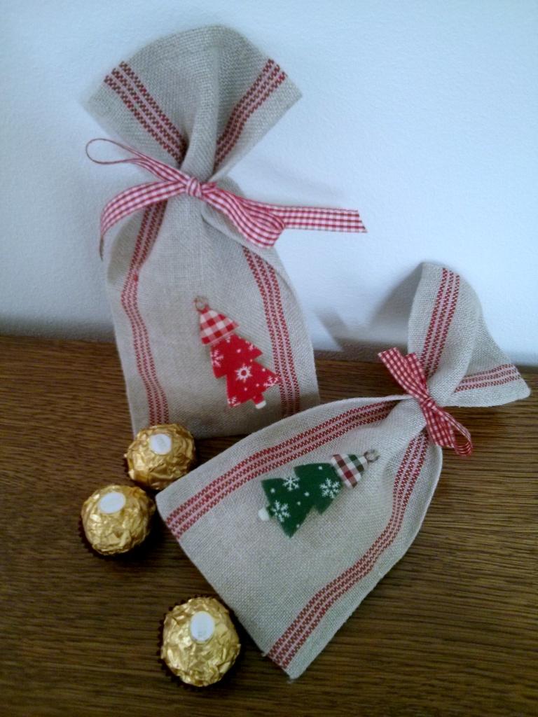 Säckchen aus Leinen mit weihnachtlicher Applikation  je 7 €