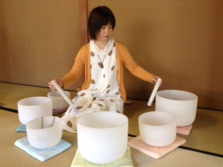 「母に贈る癒しのとき」クリスタルボウルの和出弘美さん演奏