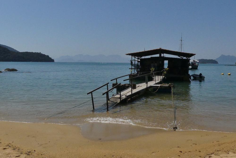 Un bar sur l'eau plage de Pouso