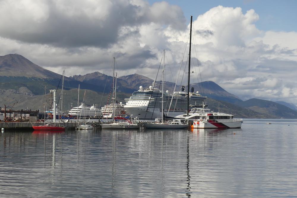 Le ponton de plaisance et les bateaux de croisière