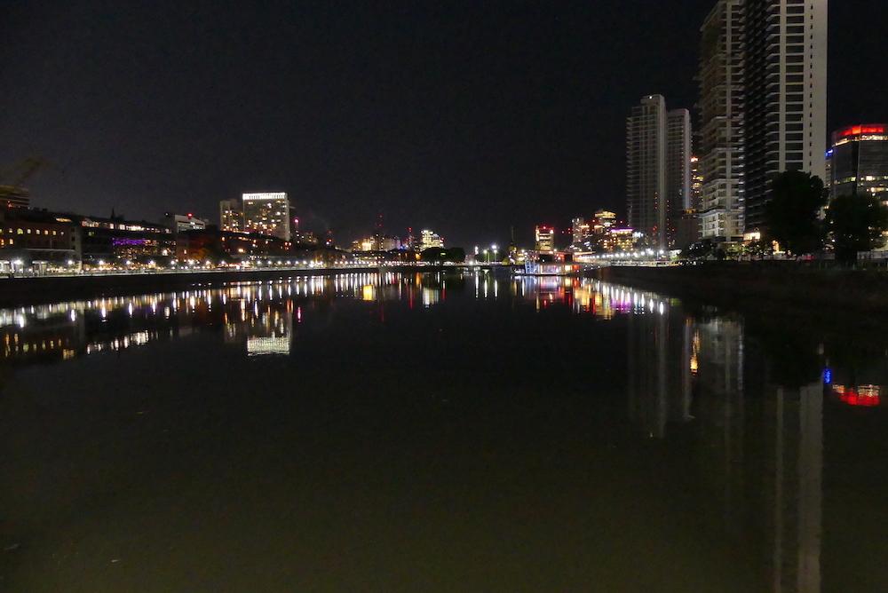 Quartier de Puerto moreno la nuit
