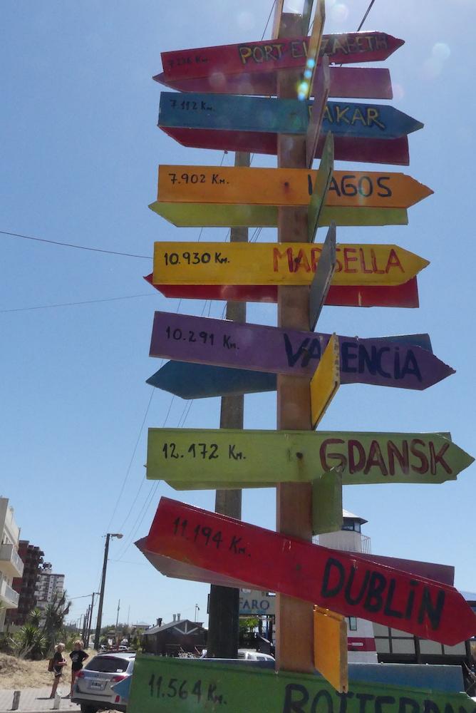 Totem de distances. Marseille est indiqué.