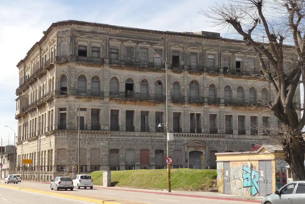 Montevideo : Bâtiment sur le port
