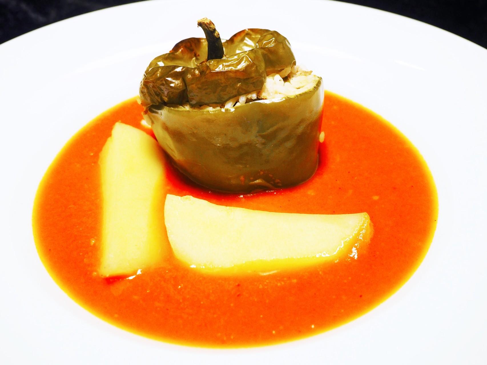Gefüllte Paprika mit Paradeis-Soß und Salz-/Kümmelerdäpfeln