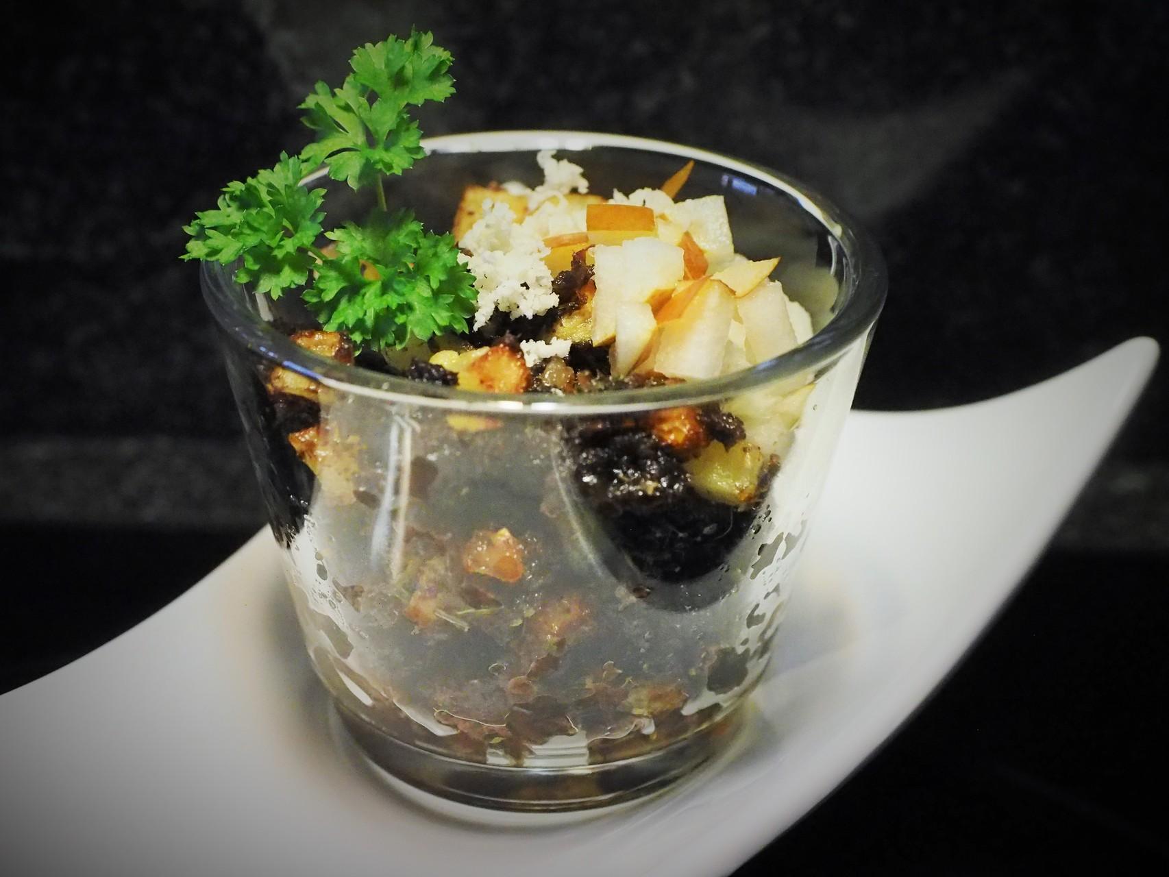 Blunzngröstl im Glas mit karamelisierter Birne