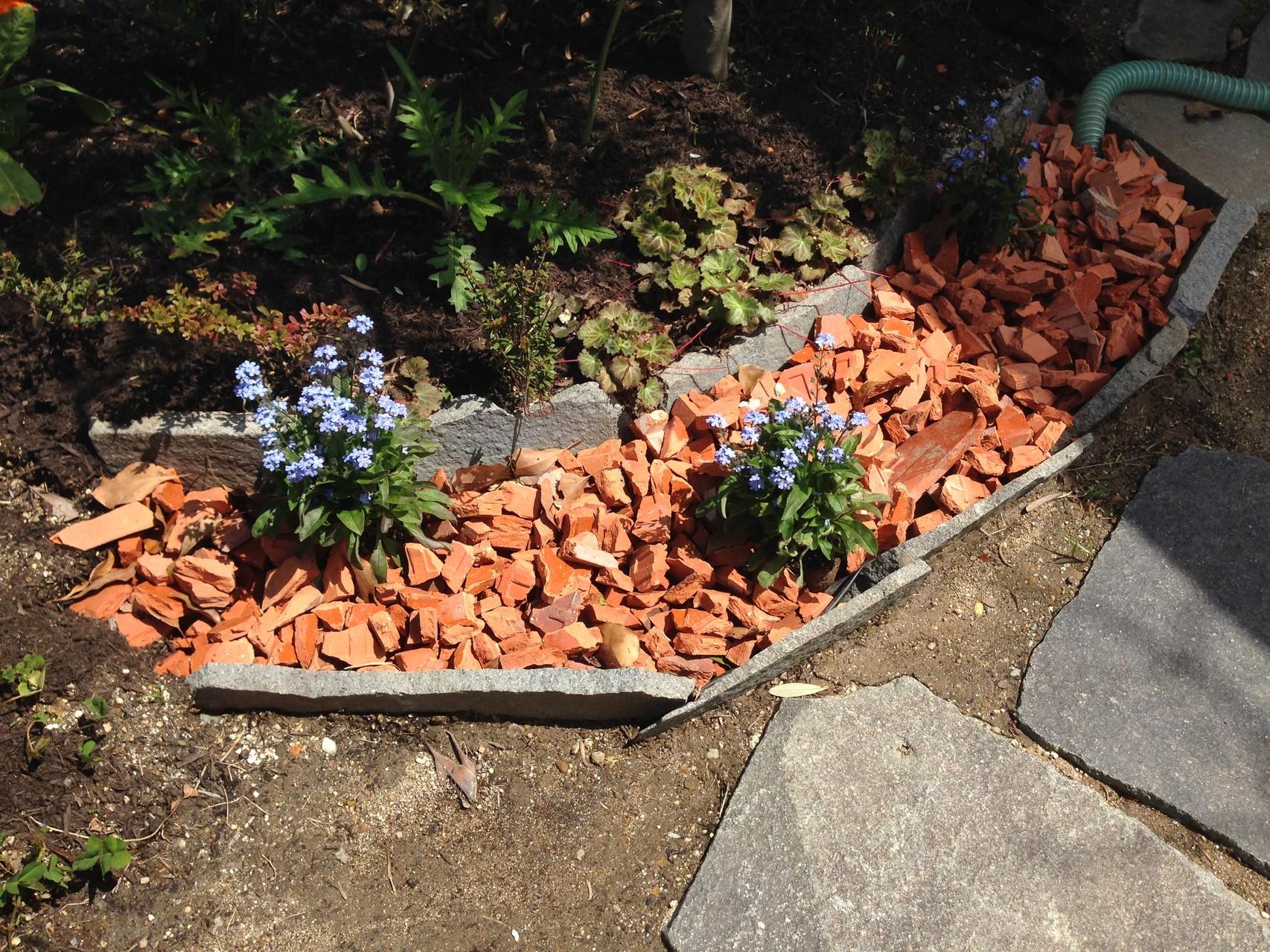 シンクで出た排水は、多孔質な廃レンガで微生物のえさ、植物の栄養になります。下水に流すなんてもったいない!!