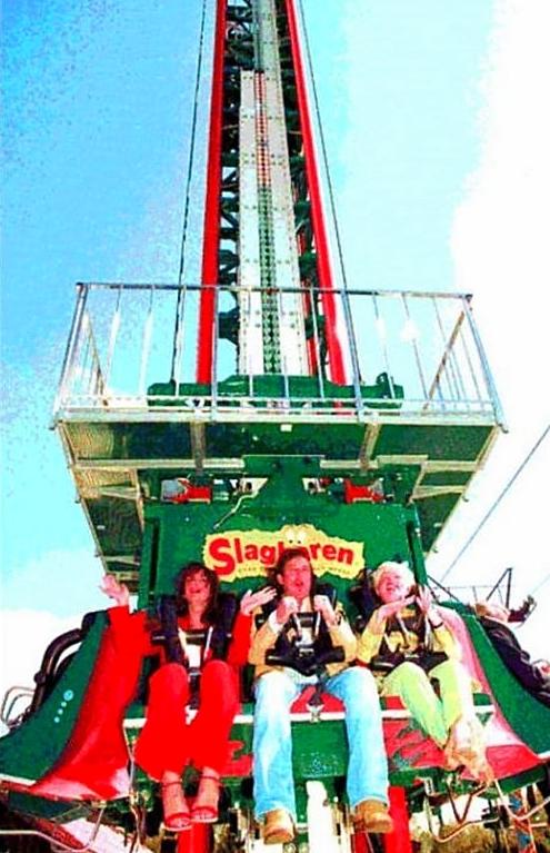 Marco Borsato (midden) bij de in gebruik stelling van de 'Free Fall' samen met Henric Bembom-Vogelsang (rechts). (29 april 2003)