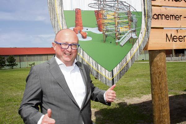 2018 05 17 Wouter Dekkers bij het onthulde aankondigingsbord. (Bron: De Toren)