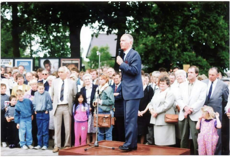 De Burgemeester van Hardenberg, de heer van Splunder, sprak de heer Bemboom en de genodigden toe, 02 juni 1989.