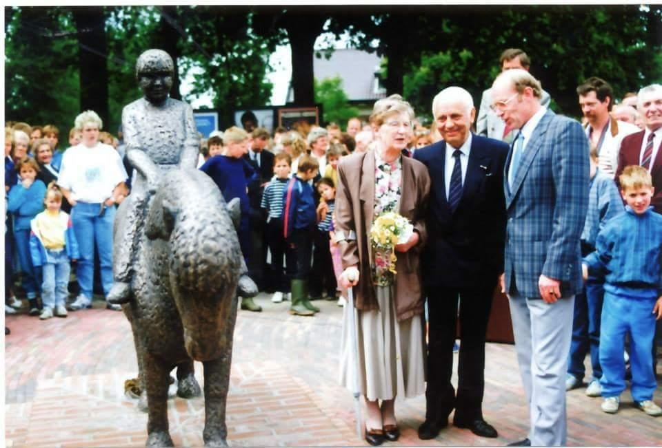 Henk Bemboom, samen met zijn vrouw en de heer Postma, 02 juni 1989.