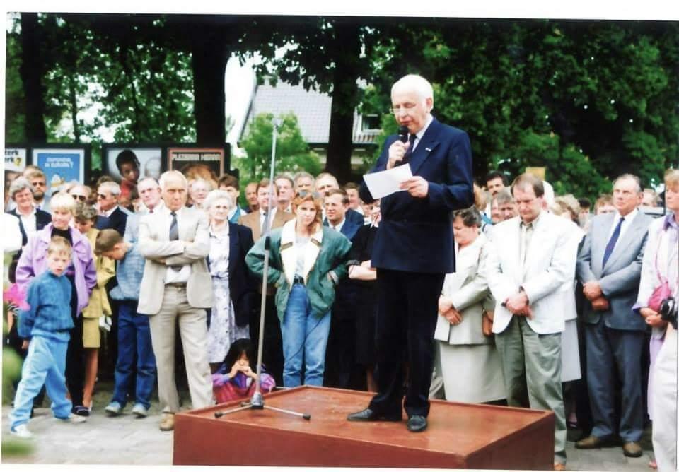 Henk Bemboom sprak de genodigen toe bij de onthulling van de Pony met kind, 02 juni 1989.