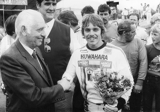 Henk Bemboom (links) overhandigde een trofee aan de Wereldkampioen van 1983, de Amerikaan Clint Miller (rechts). Op de achtergrond, de meervoudig Olympisch Kampioen Judo, Anton Geesink.