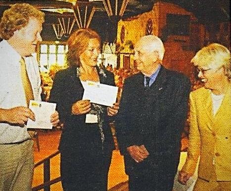 2003: Van links naar rechts: Heer J. de Vent (Het Oale Meestershuus), mevrouw M. Overmars (Kronkelhonk), Henk Bemboom, Henric Vogelsang-Bembom (Directeur Attractiepark Slagharen)
