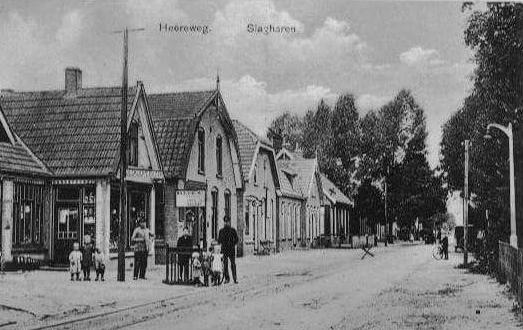 Een foto van de Heerenstraat in Slagharen (destijds 'Heereweg') bij de winkel van Willem Bemboom, de vader van J.H. Bemboom, grondlegger en oprichter van Ponypark Slagharen. Links Willem Bemboom en de kinderen.