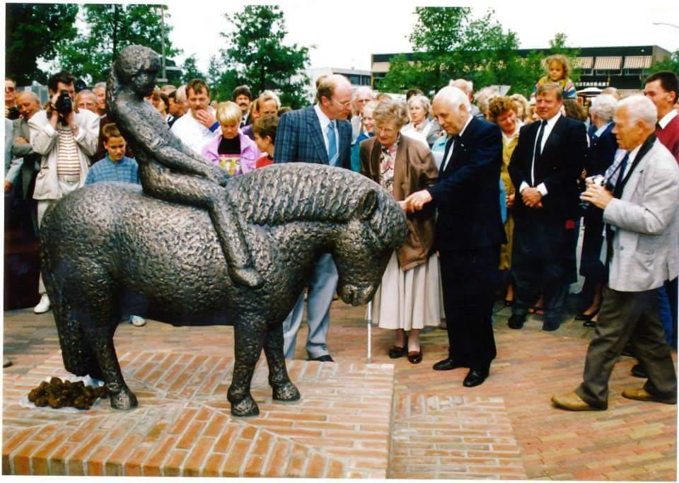 Een ontroerde Henk Bemboom bij de onthulling van de Pony met kind op 02 juni 1989. Een leuk detail is de pony poep die speciaal voor deze onthulling bij het beeld was neergelegd.
