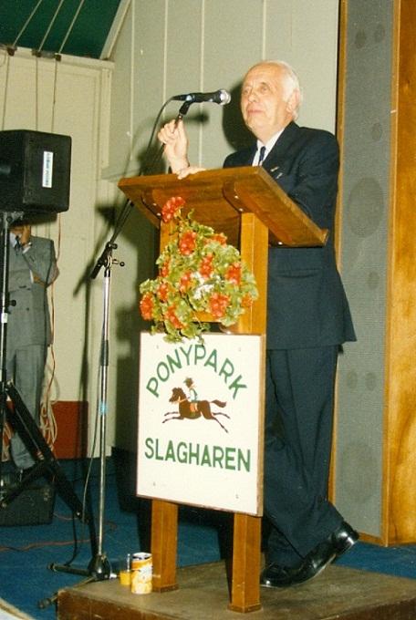 Henk Bemboom (eigenaar van Ponypark Slagharen, en in 1988 hoofdsponsor van het 10-Jarig Jubileum van de BMX Sport in Nederland) sprak de genodigden toe... (Juli 1988)