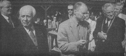 Staatssecretaris van Financiën, Willem Vermeend (midden) verrichtte de opening onder toeziend oog van Henk Bemboom (links) en Burgemeester Smit (rechts)