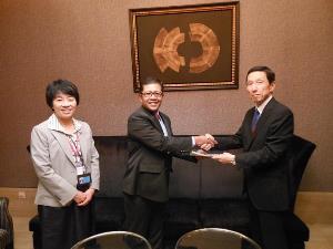 技術集謹呈 貴島公使 エネ鉱省局長、平井常務理事