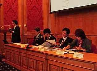 セミナー挨拶JETROモスクワ/服部所長 在ロシア日本大使館 宮川公使(左から二番目) REA/セギソバ部長(右端)